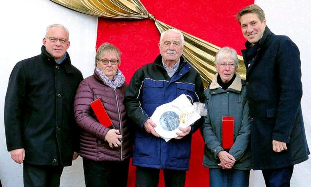 Erster Kreisbeigeordneter Jürgen Kaufmann, Annemarie Krause, Rainer Krause, Rosel Krause und Dr. Nico Ritz, Bürgermeister der Kreisstadt Homberg (v.li.). Foto: nh