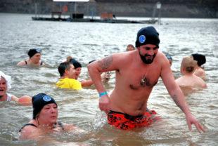 Eiskalter Badespaß: Das Neujahrsschwimmen an der Edertalsperre lockt in jedem Jahr mehrere Hundert Akteure und weit über tausend Zuschauer. Archivbild: Heike Rothauge | nh