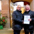 Erster Kreisbeigeordneter Jürgen Kaufmann und Jürgen Liebermann, Bürgermeister Schwarzenborn, bei der Übergabe. Foto: nh