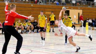 Melsungens erfolgreichster Torschütze aus Spiel 1, Julian Fuchs gegen Löwen-Schlussmann David Späth. Foto: Michael Koch   MT Talents