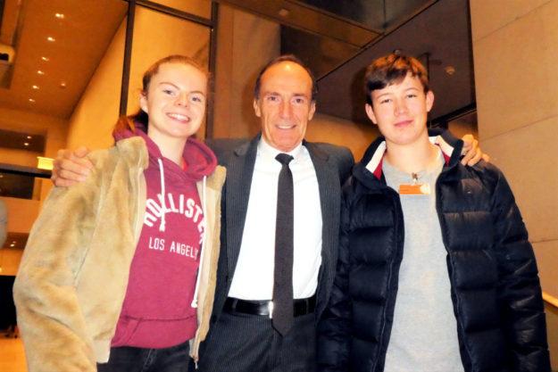 Vivian Groppe und Luis André trafen im Deutschen Bundestag den ehemaligen Turnweltmeister und heutigen Bundestagsabgeordneten Eberhard Gienger. Foto: nh