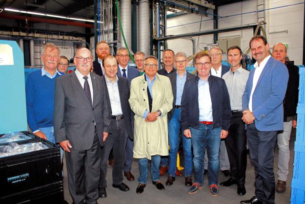 Einblick in die Produktion: Geschäftsführer Johannes Seyffarth (3.v.re.) mit Mitgliedern der Regionalversammlung Schwalm-Eder. Foto: nh