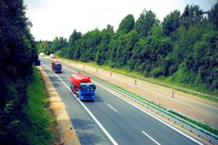 Eine Autobahn mit Schwerverkehr und Baustalle. Symbolfoto: nh