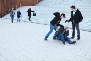 Die Gewalt gegen arglose Bürger erfordert Zivilcourage. Foto: polizei-beratung.de