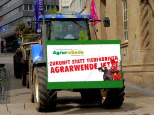 Die Landwirte demonstrieren für eine Agrarwende, die ohne Massentierhaltung auskommt. Foto: Alf Dickhaut | Agrarwende Nordhessen