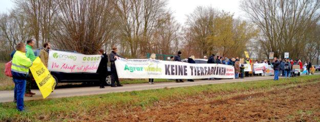 Auf großen Transparenten waren die Forderungen zu lesen. Foto: Jörg Warlich