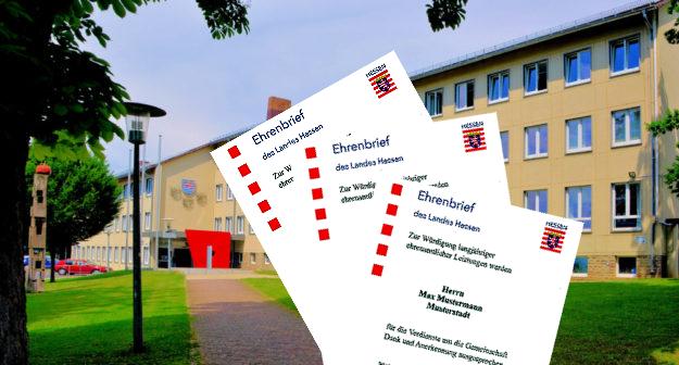 Erster Kreisbeigeordneter Jürgen Kaufmann überreichte in Schwalmstadt drei Ehrenbriefe. Foto: gsk | Urkunden: Staatskanzlei