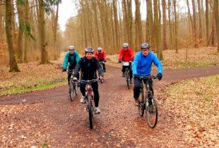 Teilnehmer der ADFC Radtour lassen eine markante Forstwegkreuzung hinter sich. Foto: Oliver Deisenroth   nh