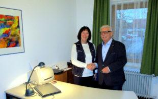 Stadtrat Bernd Rösch überreicht die Schlüssel an EU-Kreisvorsitzende Marianne Hühn und wünscht namens der Städtischen Gremien weiterhin eine erfolgreiche Arbeit. Foto: Heinz Wagner