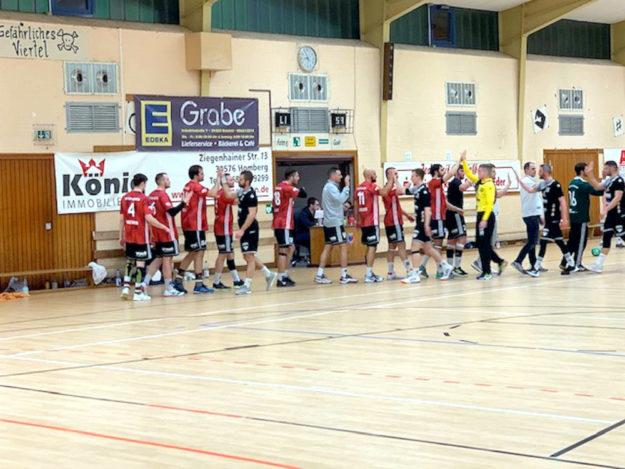 High Five! Sportlich fair war die Partie. Foto: Jürgen König