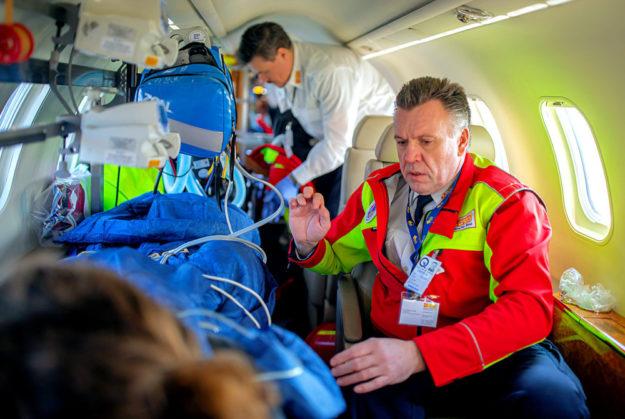 Der erfahrene Notarzt Dr. Hartmut Lotz sorgte für eine optimale medizinische Versorgung der Schwerverletzten während des Rückfluges nach Deutschland Foto: ASB | Hannibal