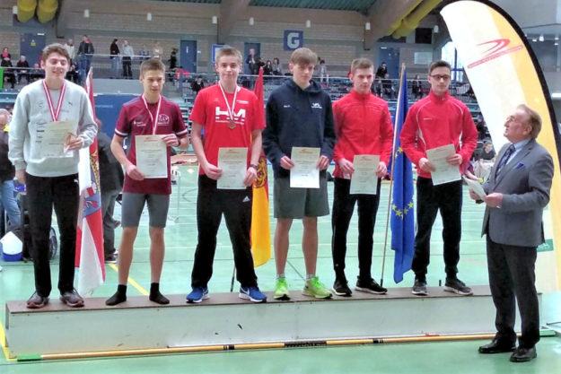 Siegerehrung über 300 Meter der U16 mit dem ehemaligen weltklasse Läufer Karl Eyerkaufer. Foto: nh