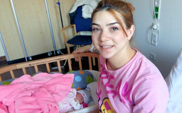 Loreen ist das letzte Baby 2019, hier mit ihrer Mama auf dem Zimmer in der Frauenklinik in Schwalmstadt. Foto: Asklepios