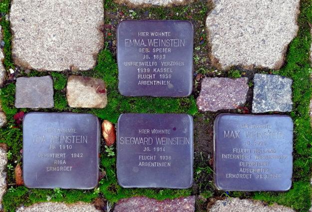Heute erinnern vier Stolpersteine vor ihrem ehemaligen Wohnhaus an Emma, Ida, Siegward und Max Weinstein Foto: Dieter Vaupel