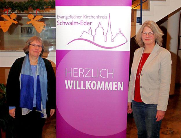 Sie koordinieren künftig die Hospizarbeit im neuen Kirchenkreis Schwalm-Eder: Christine-Ann Raesch (li.) und Antje Hartmann. Foto: Ulrich Köster | nh