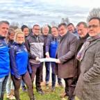 Staatssekretär Mark Weinmeister (3.v.re.) mit Mitgliedern des SC Edermünde sowie Bürgermeister Thomas Petrich (re.) und Landtagsabgeordnetem Günter Rudolph (2.v.re.). Foto: Staatskanzlei