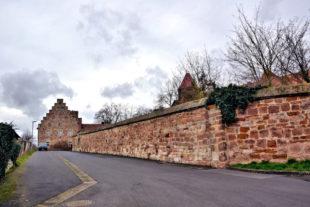 Der Breitenauer Kirchweg mit Zehntscheuer (heute Gedenkstätte) und südlicher Klostermauer. Foto: Gerald Schmidtkunz