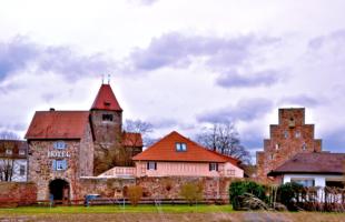 Das Hotel Bellini und das Gebäudeensemble in der Breitenau (v.li.): Grifter Tor, Klosterkirche, Hotel und die Zehntscheuer, in der die Gedenkstätte untergebracht ist. Foto: ©Gerald Schmidtkunz