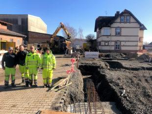 Die Mitarbeiter des städtischen Bauhofes freuen sich auf die neue Fahrzeughalle. Foto: nh