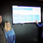 Stadtkassenleiter Thomas Wagner mit Katharina Engelbrecht, Leiterin des Fachbereichs Finanzen, und Finanzmitarbeiterin Annika Kuhl sehen sich die grafische Benutzeroberfläche des Rechnungsworkflows an. Foto: nh