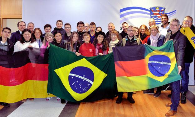 Die brasilianische Reisegruppe mit Pressesprecher Stephan Bürger (vo., re.). Foto: Philipp Klitsch | Kreisverwaltung Schwalm-Eder