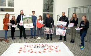 Am Red Hand Day übergaben Schüler*innen und Lehrer*innen des Schwalmgymnasiums ihre Protestbekundungen an den Europaabgeordneten Engin Eroglu (FREIE WÄHLER). Foto: Wittke | nh