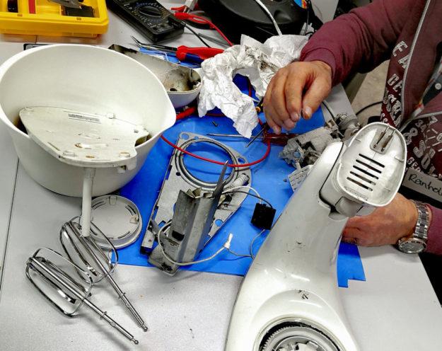 Reparieren geht über Wegwerfen. So werden im Repair-Café Ressourcen und Umwelt geschont. Foto: cof