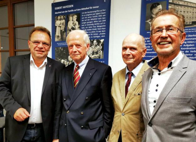 Von rechts: Dr. Dieter Vaupel bei der ersten Präsentation von Buch und Ausstellung gemeinsam mit den Söhnen Egbert Hayessens, Hans-Hayo und Volker sowie Landrat Winfried Becker. Foto: Erika Mönig