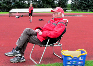 So kannten ihn die Leichtathleten: Mit Argusaugen und gestrenger Fairness wachte Wolfgang Waßmuth über seine Schützlinge. Foto: nh