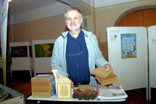 Bruno Lörke ist einer, der sich mit dem Bau von Insektenhotels bestens auskennt. Foto: Ulrich Köster