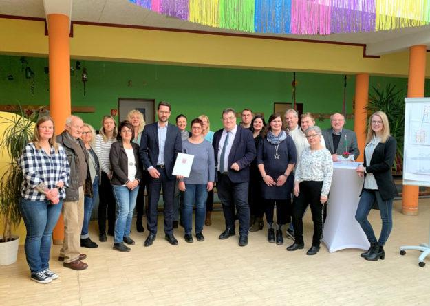 Hessen packt's an: Die Gemeinde Neuental investiert mehr als 160.000 Euro in die Sanierung einer Kindertagesstätte, darüber sprach Staatssekretär Mark Weinmeister (mit Krawatte) bei der Übergabe eines Förderbescheides. Foto: nh