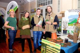 Das Team vom Naturzentrum Wildpark Knüll hielt einige wissenschaftliche Fakten für die Besucher der Gartenmesse bereit. Foto: Ulrich Köster