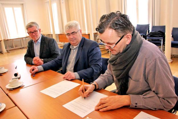 Beschlossen und besiegelt: Festwirt Thomas Bronswyk unterzeichnete erstmals überhaupt einen Vertrag über die Festzeltbewirtung zur Salatkirmes. Foto: Stadt Schwalmstadt | Seeger
