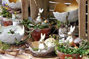 Dekorative Osterkeramik beispielsweise für Garten, Fensterbank oder Treppenpodest. Foto: Rainer Sander