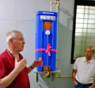 Reinhold Hocke (li.) nimmt Wasserfilter PAUL im German Hospital in Gadag offiziell in Betrieb. Foto: Franz-Bernd Frechen