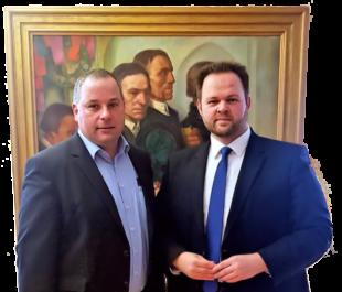 Engin Eroglu, MdEP (FREIE WÄHLER), und Schrecksbachs Bürgermeister Andreas Schultheis im Rotkäppchen-Rathaus. Foto: nh
