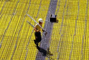 Bauleute, im Bild ein Eisenflechter, kommen mit der Arbeit kaum hinterher. Der Boom der Branche führt zu vollen Auftragsbüchern und Rekordumsätzen. Davon sollen jetzt auch die Beschäftigten profitieren, fordert die IG BAU. Foto: nh