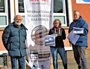 Eckehard Preuschhof, Judith Graap und Pfarrer Friedrich Heidelbach (v.li.) vor einer Fahrschule, die sich ganz spontan zum Mitmachen entschied. Foto: Gunnar Krosky