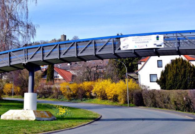Ein Banner der Aktion hängt an der Osterbachbrücke in Homberg. Foto: Gunnar Krosky