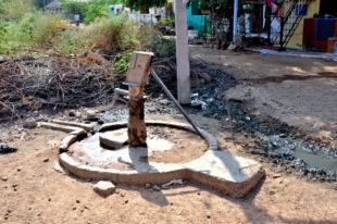 Derartige Wasserstellen sind in den ärmeren Ortsteilen die Regel. Es ist nicht schwer vorstellbar, dass hier gezapftes Wasser für Magen- und Darmprobleme sorgen kann. Foto: Reinhold Hocke