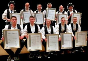 Elf neue Dachdeckermeister wurden von ihrer Innung freigesprochen. Foto: Dachdecker-Innung Kassel