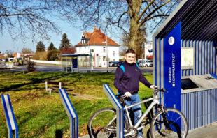 Matthias Reuter, Geschäftsführer FREIE WÄHLER Schwalmstadt vor der Rad-Station Ziegenhain-Süd. Foto: nh