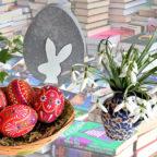 In die Stadtbücherei ist zur Osterwerkstatt eingeladen. Fotos: Gert Altmann / Zauberei | Pixabay