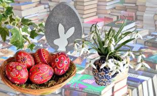 In die Stadtbücherei ist zur Osterwerkstatt eingeladen. Fotos: Gert Altmann / Zauberei   Pixabay