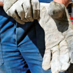 Laut IG BAU ziehen sich die Bauarbeiter im Landkreis trotz der Corona-Pandemie noch immer die Handschuh über, um an der Arbeit kräftig zuzupacken. Foto: nh