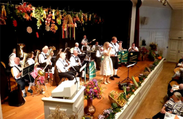 Mit Freude an der Blasmusik stehen die Egerländer Musikanten Melsungen auf der Bühne. Unser Bild zeigt sie beim Erntedankfest der Landsenioren im Oktober in der Stadthalle. Foto: nh