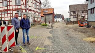 Matthias Reuter und Thomas Kölle (v.li.) von der FREIE WÄHLER warnen eindringlich vor der Beibehaltung der Straßenausbaubeiträge (STRAB). Foto: nh