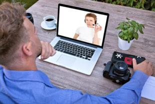 Telefonkonferenz via Laptop. Foto: Tumisu   Pixabay