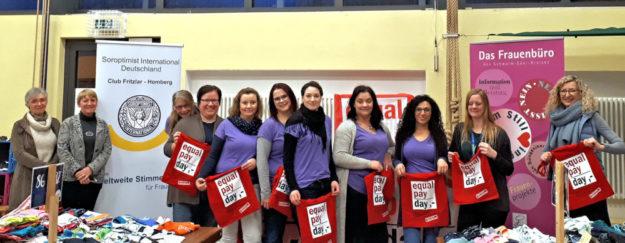 Setzen sich für Lohngerechtigkeit ein und machen auf den Equal Pay Day aufmerksam, die Soroptimistinnen des Clubs Fritzlar-Homberg und das Frauenbüro des Schwalm-Eder-Kreises. Foto: nh