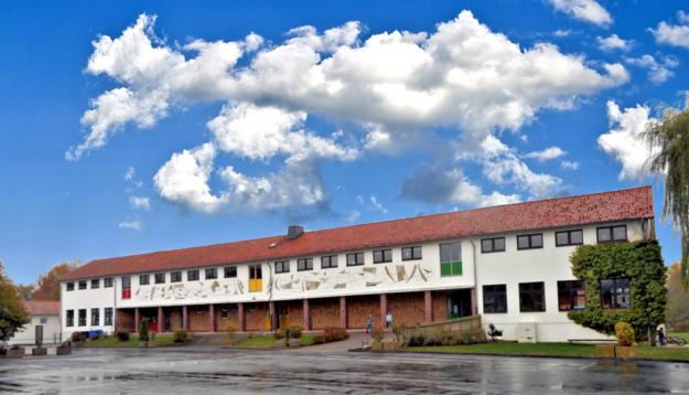 Die Grundschule am Alleeplatz in Ziegenhain vor Beginn der Sanierungsarbeiten. Die von Künstler Vincent Burek gestaltete Fassade konnte wegen erheblicher Baumängel nun doch nicht gerettet werden. Foto: nh